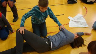 Ćwiczenia mamy i syna - pozycja boczna bezpieczna