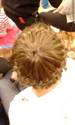 Fryzjerzy wyczarowywali piękne fryzury uczestnikom warsztatów