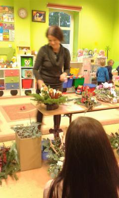 Pokaz układania kwiatów w wykonaniu porfesjonalistki