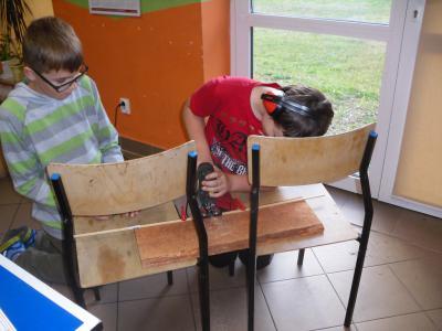Przygotowywanie przez dzieci materiałów na latawce