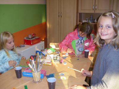Dzieci pracują nad grafiką swoich latawców