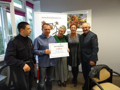 Klub Karate-Do ENSO przy współpracy z Ochotniczą Strażą Pożarną z Gogolina z odebranym bonem pieniężnym