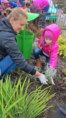 Mamy uczą dzieci ogrodnictwa