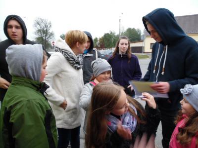 Uczestnicy podczas gry w podchody w Błotnicy Strzeleckiej