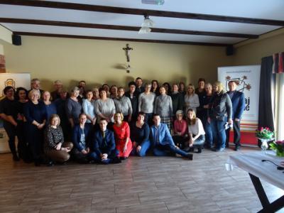 """Pamiątkowe zdjęcie wszystkich uczestników spotkania podsumowującego """"Działaj Lokalnie"""" w Krainie św. Anny"""