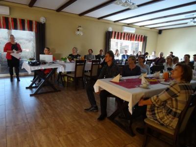Uczestnicy spotkania w skupieniu słuchali o zrealizowanych projektach